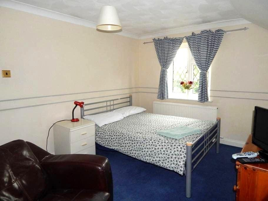 Comfortable room with parking - Earley - Dom