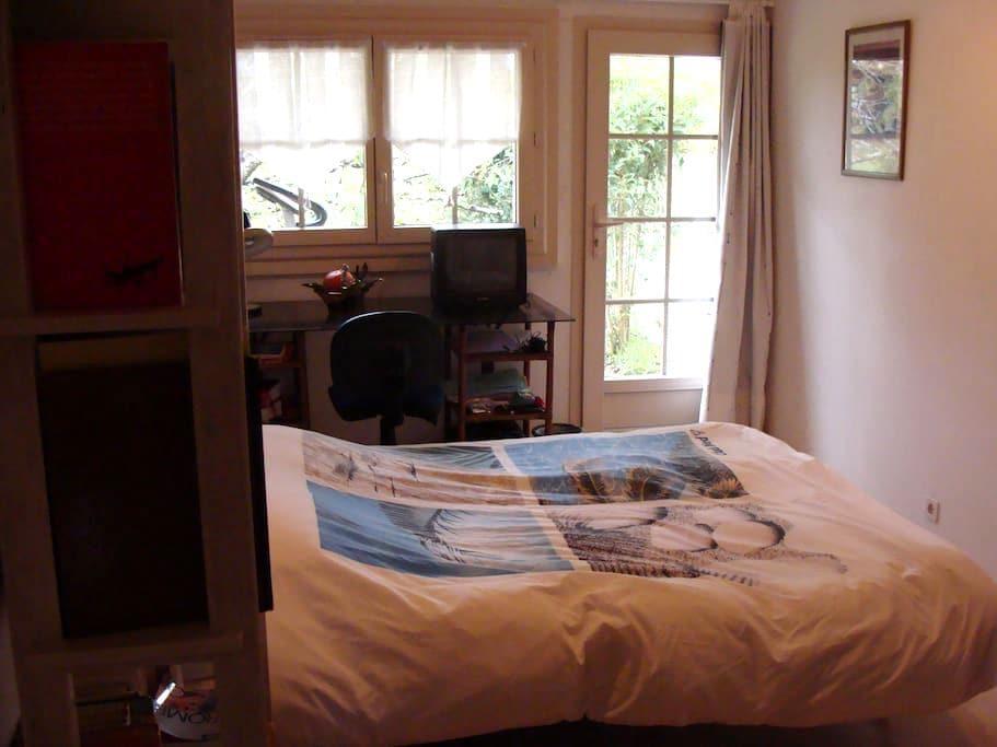 CHAMBRE studio SUR JARDIN salle eau - Lormont - Bed & Breakfast