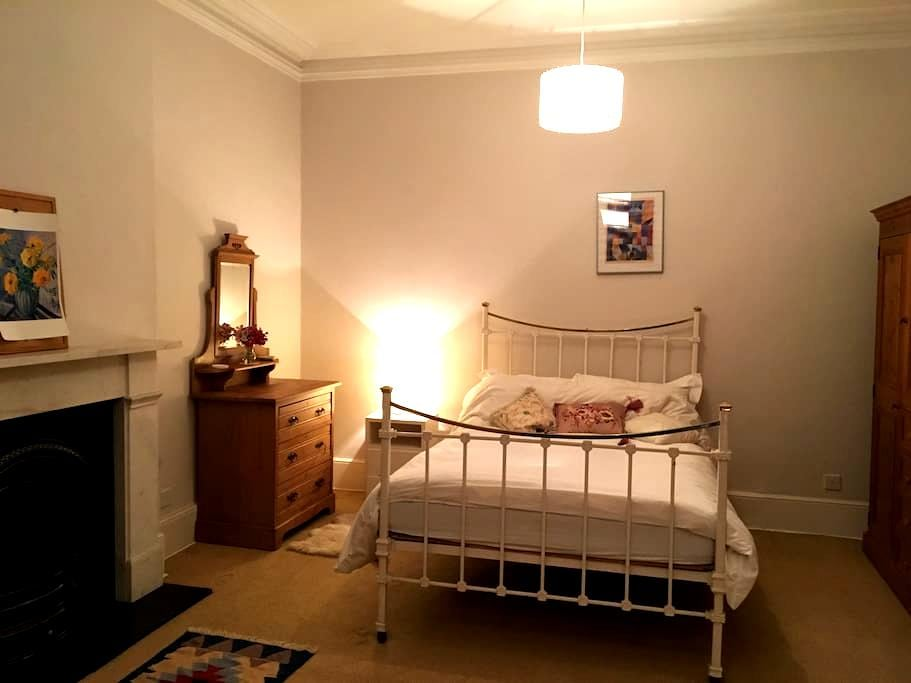 Large, double room, close to tube station - Richmond - Ház