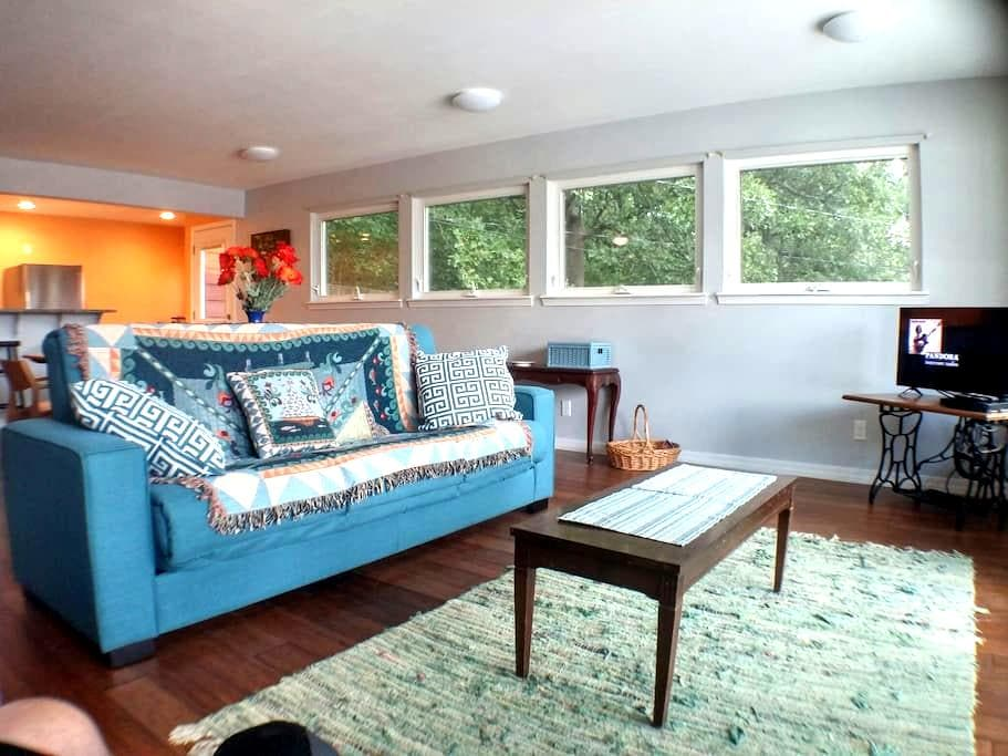 Sunny Studio with Mountain views - near U of A. - Fayetteville - 公寓