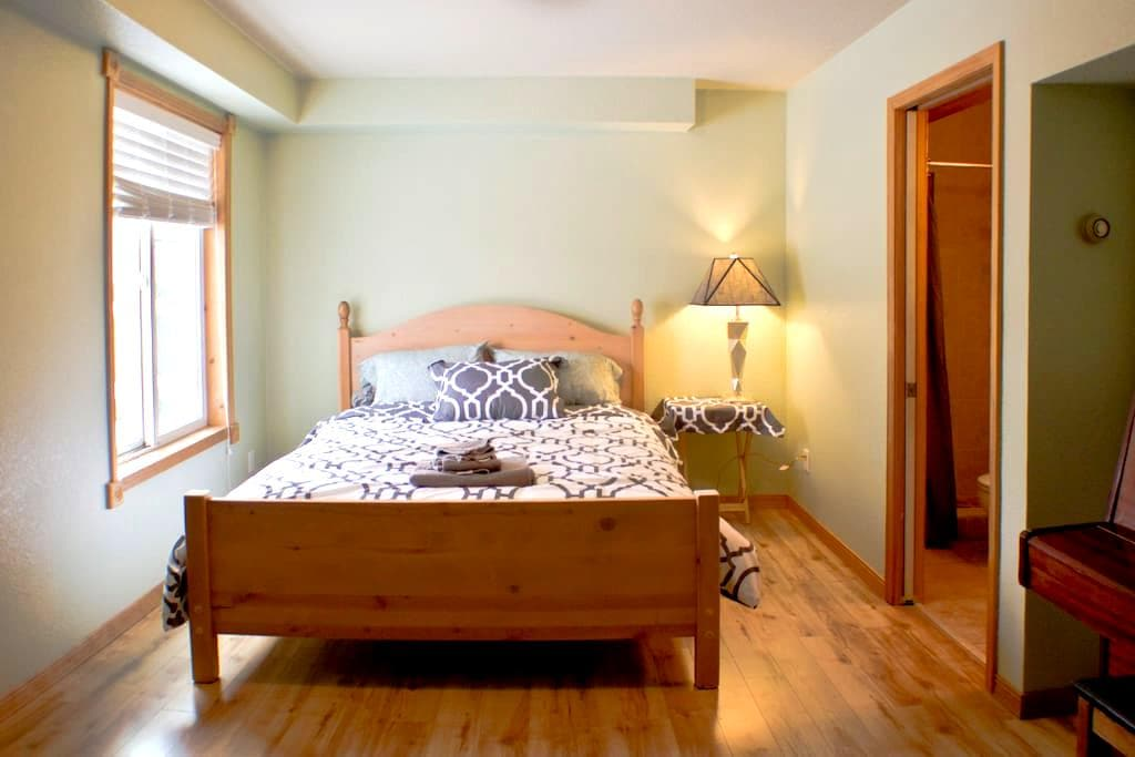 Quiet, central private queen bed and bath - Missoula - Casa