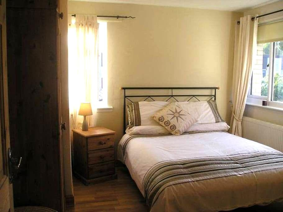Clean Large Double Room - Camberley - House