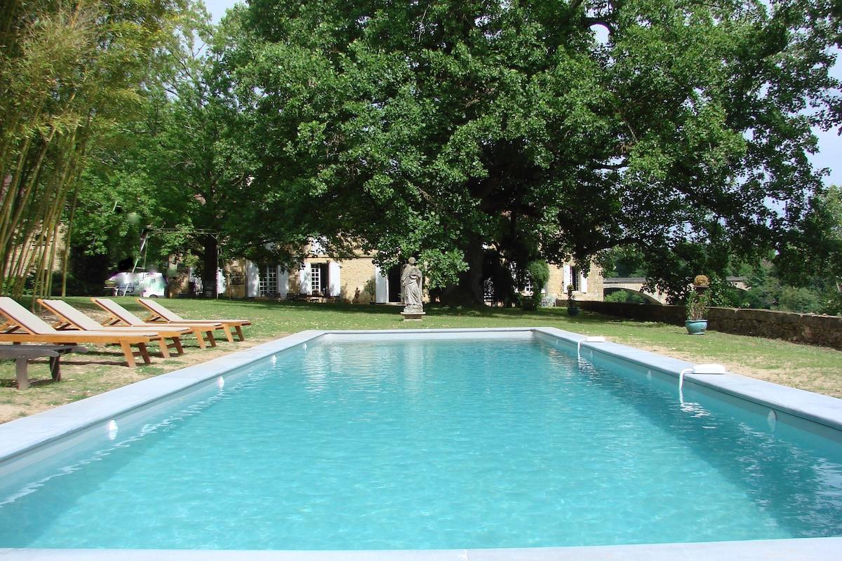 bassin de nage de 15m par 4 m    sécurisé par 2 alarmes au cœur du parc