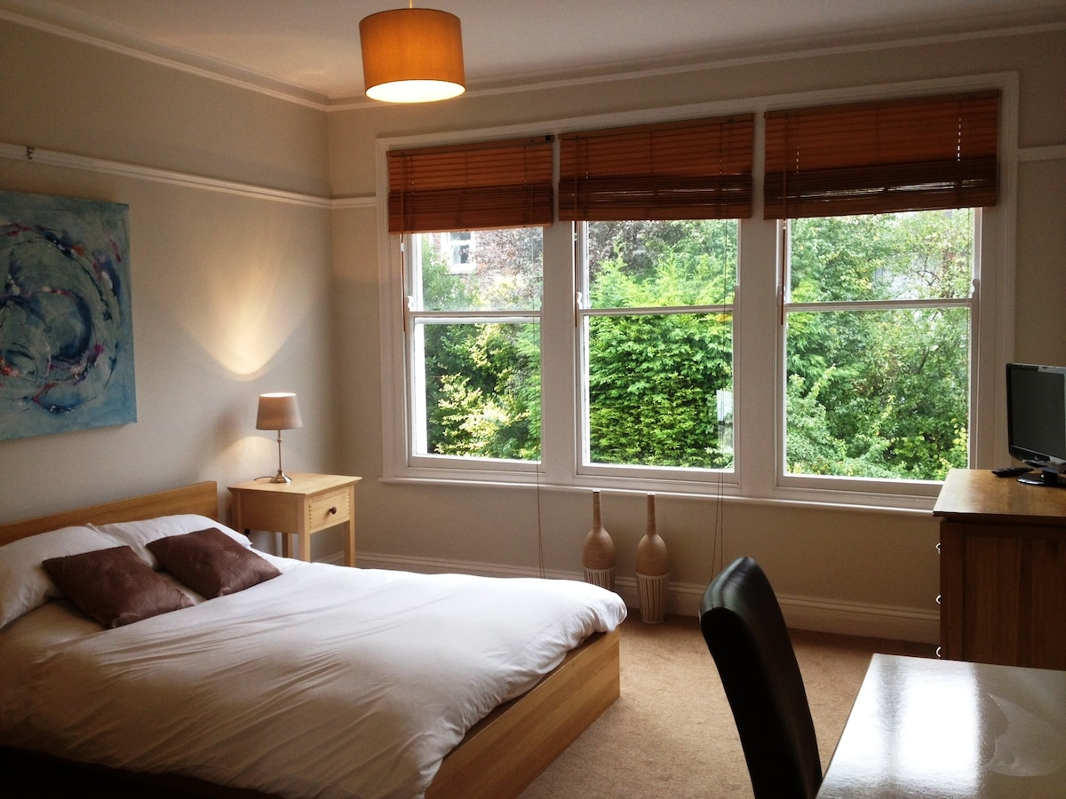Large Light & airy ensuite room
