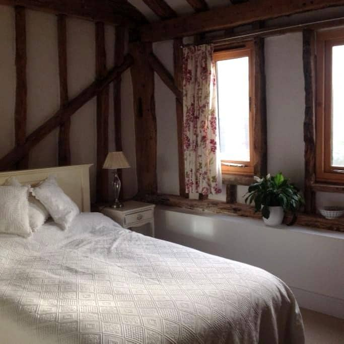 Double bedroom in a village location - Cottered