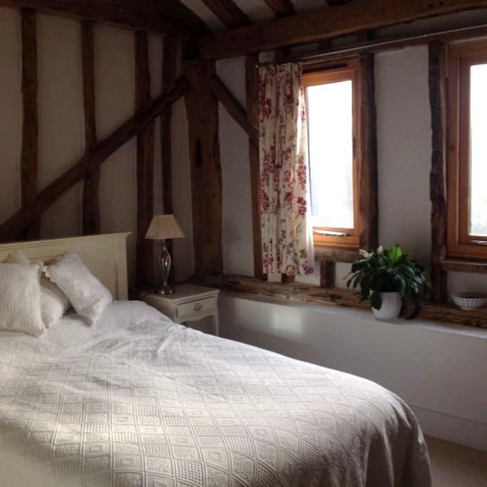 Double bedroom in a village location - Cottered - Casa