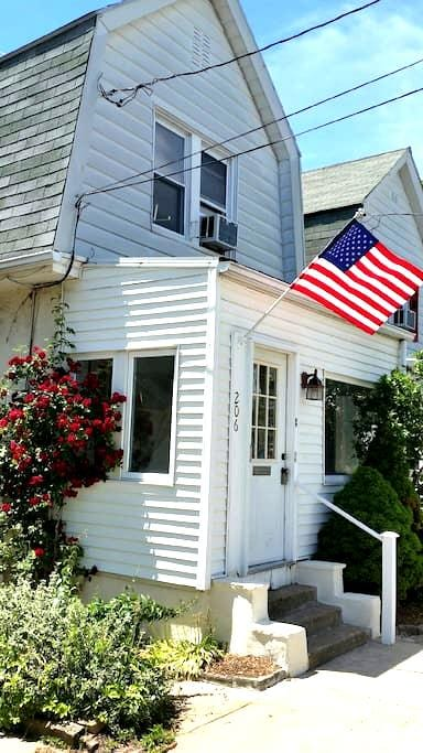 Cozy Colonial Close to Train - Ardmore - House