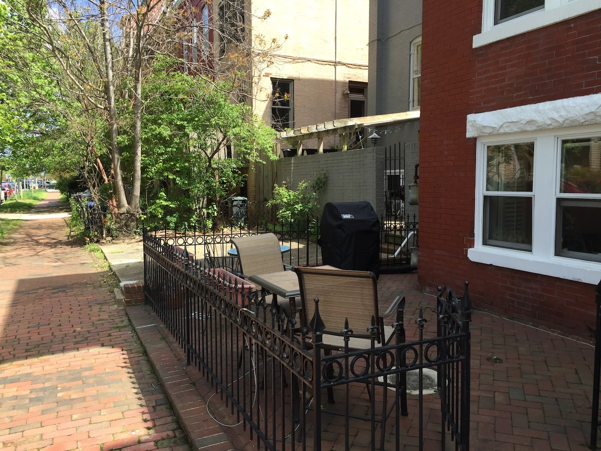 Large 1BR w/patio, gourmet kitchen