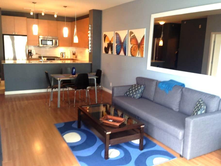 Spacious 1 bedroom. Steps to skytrain. - Port Moody - Leilighet