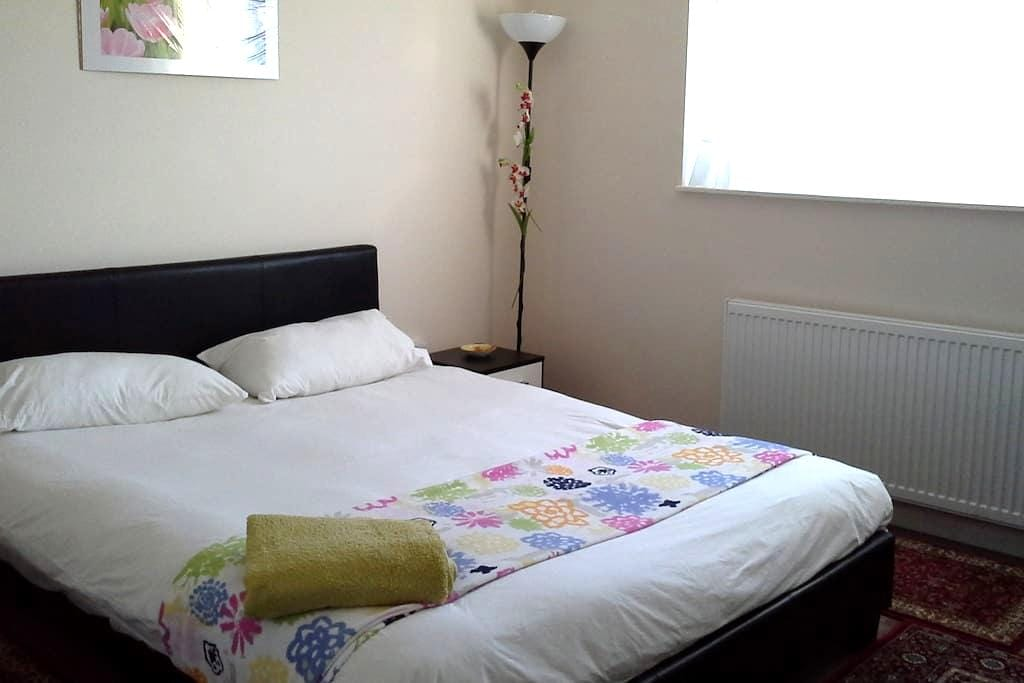 DOUBLE ROOM IN SWEET HOME!!! - Borehamwood - Maison