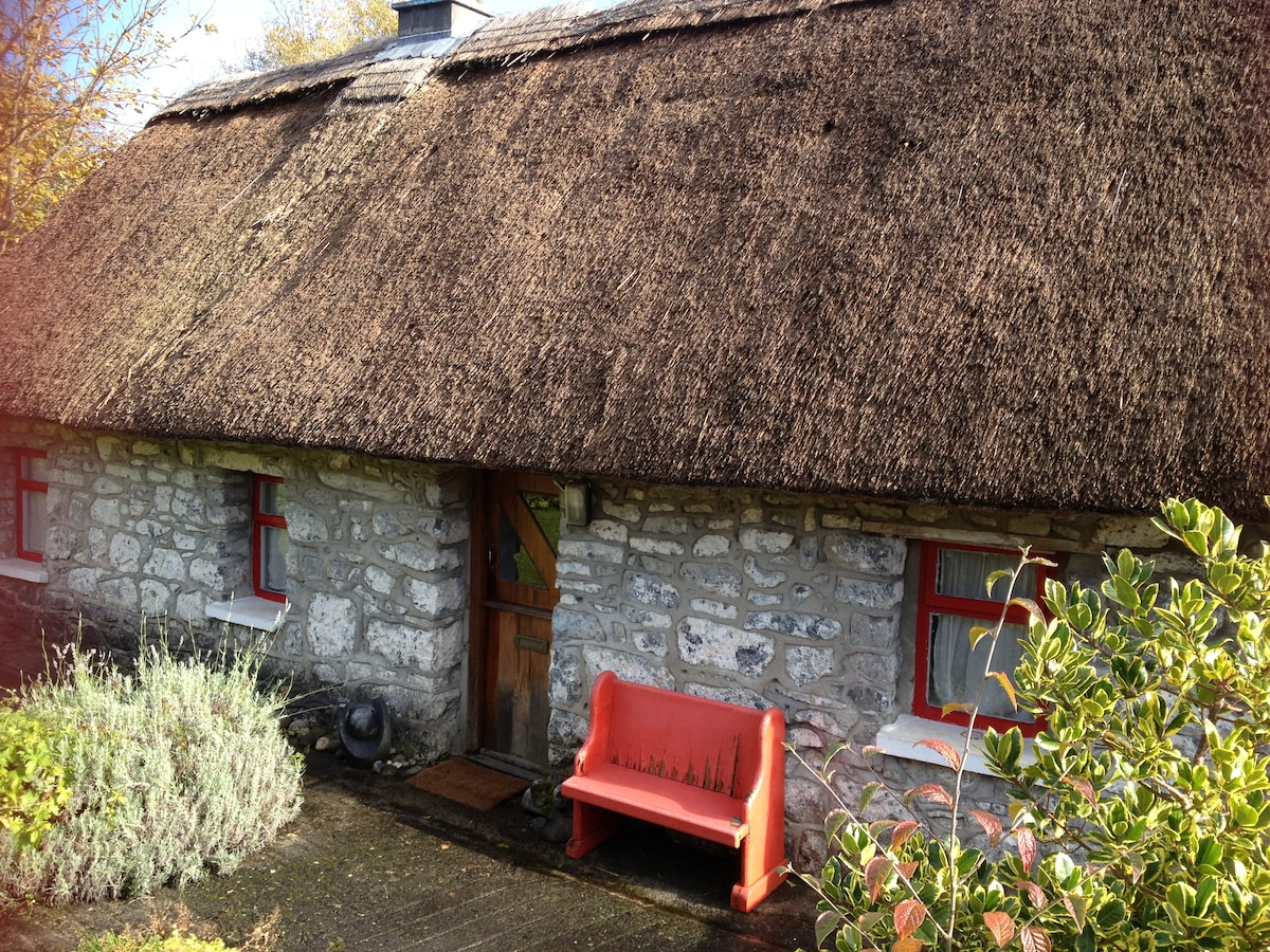 Charming authentic thatched cottage