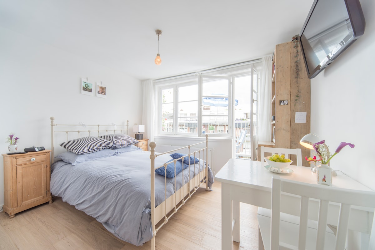 The room is 12 m2. (Note: this photo was shot by Air BNB with a fish eye lens, in reality the room is smaller!
