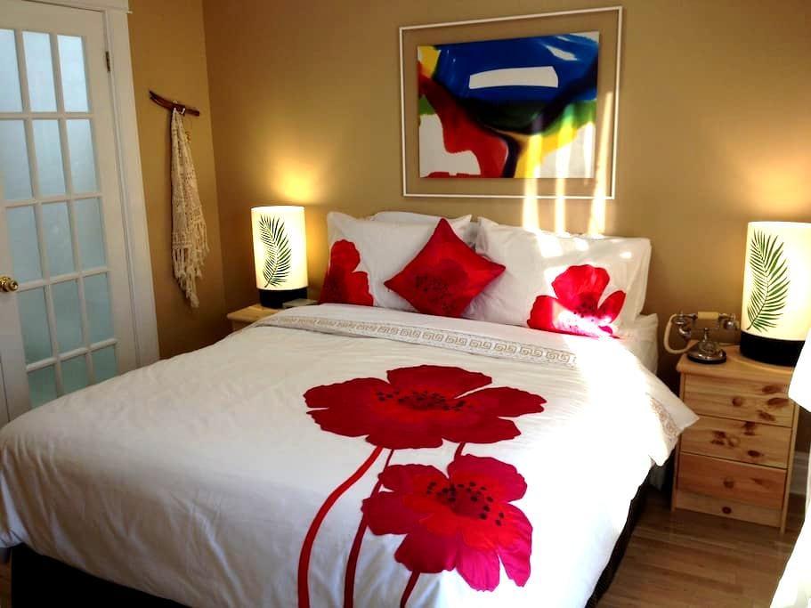 Charming Red Room - Niagara Falls