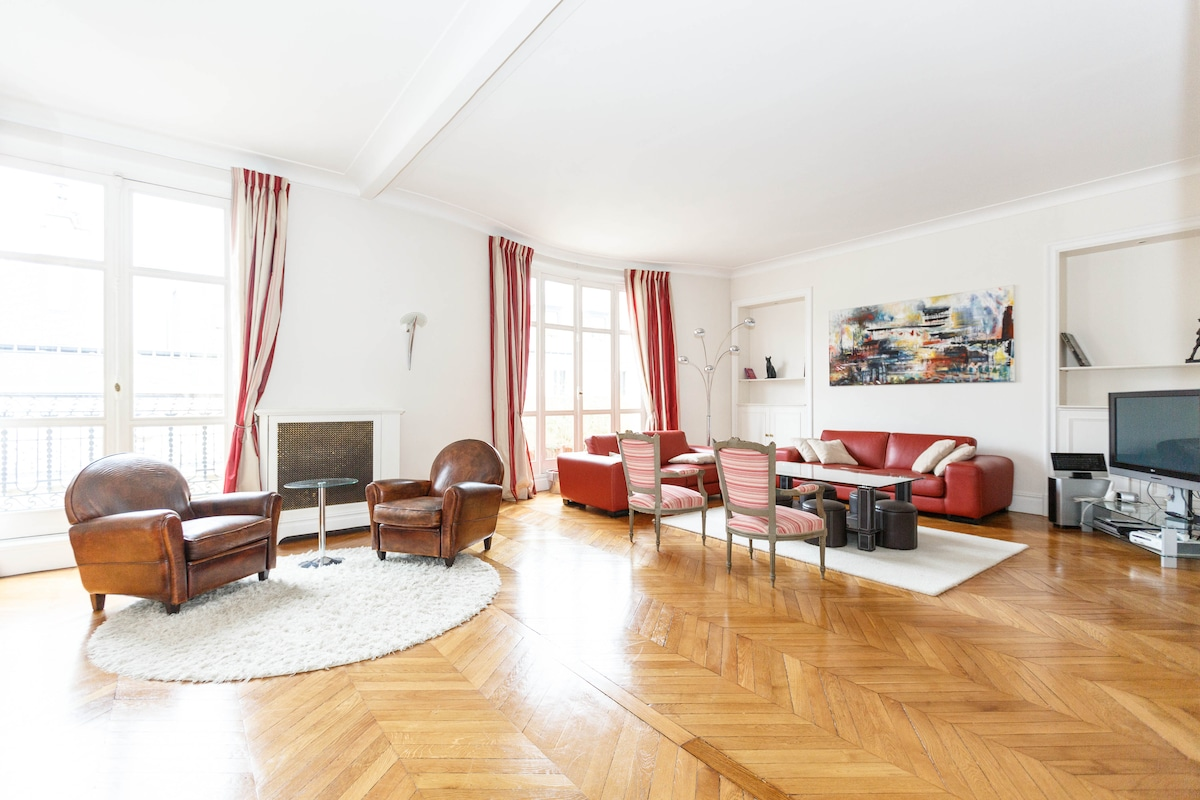 Beautiful, spacious and ideally located 5-bedroom apartment