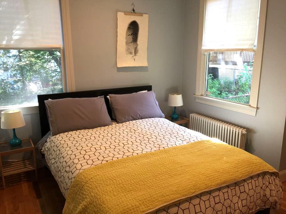 Great location! Cute guest room in Dutch gambrel. - Boston - Condominio
