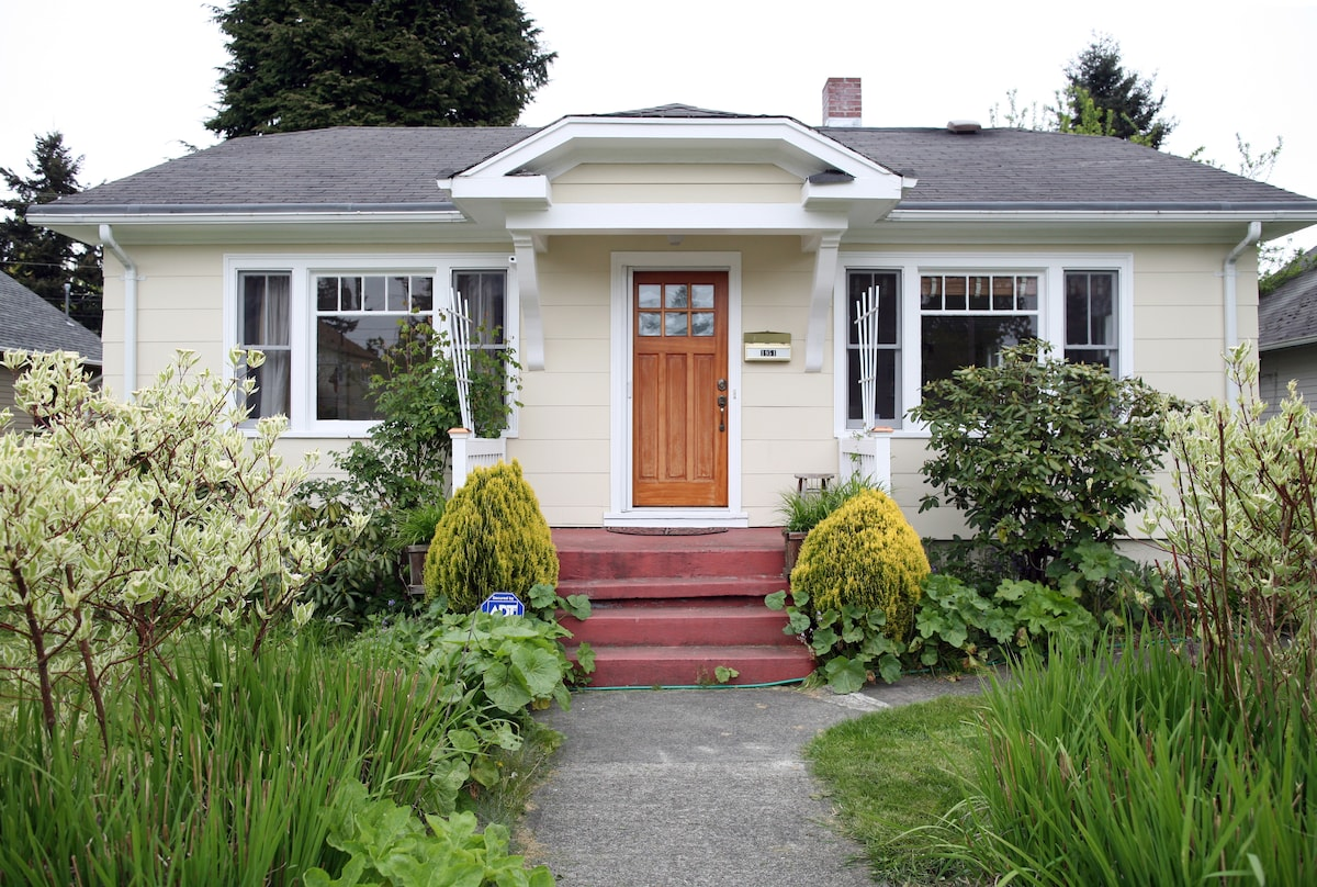 LIGHT-FILLED 2BD BUNGALOW IN TACOMA