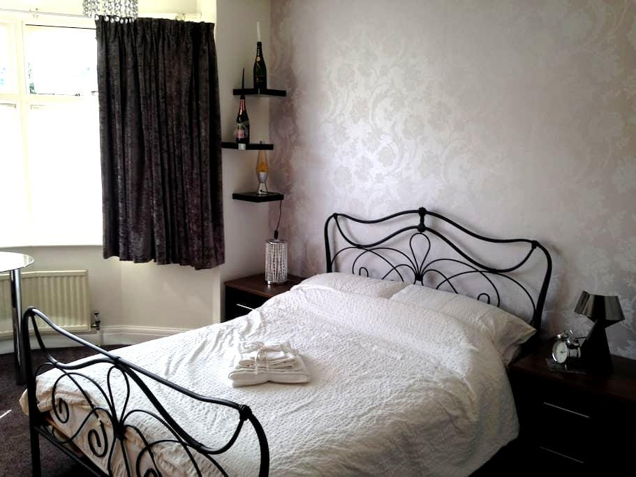 Lovely double room, near to London - Watford - House