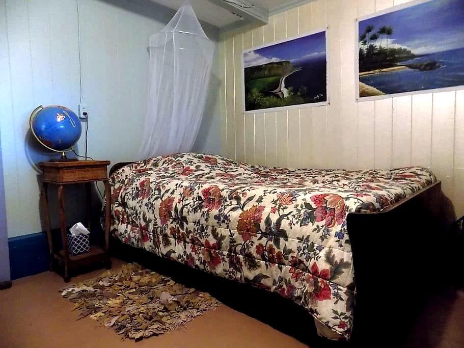 World Traveler Room  :::  House of Bliss - Hawi