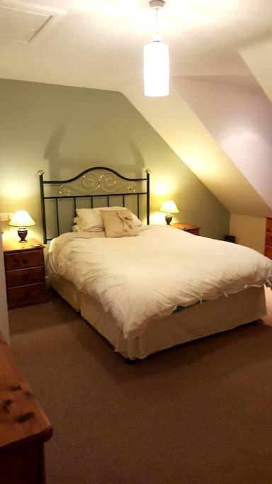 Large 3rd floor room with en suite. - Haselbury Plucknett