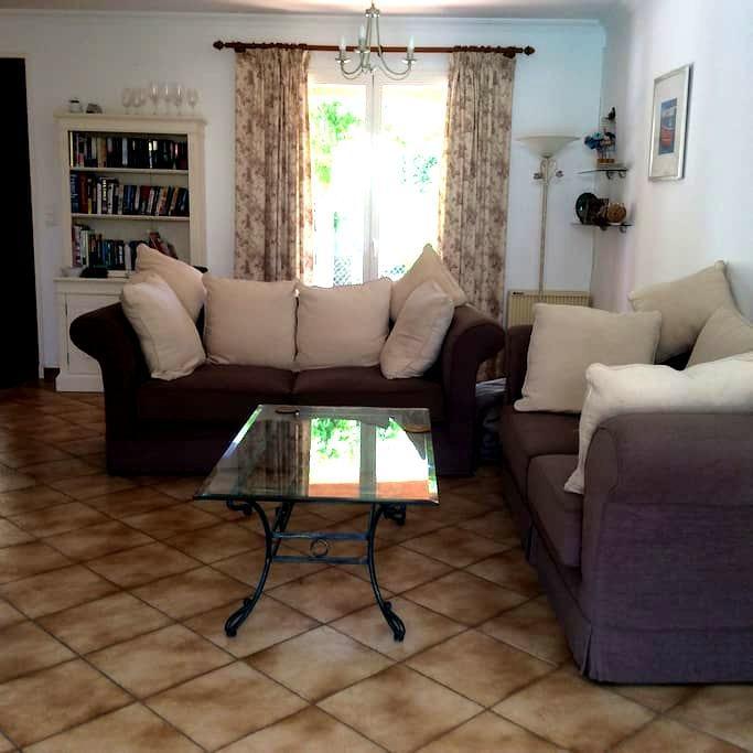 private 3 bedroomed house with pool - Saint-Geniès-de-Fontedit - Bangalô