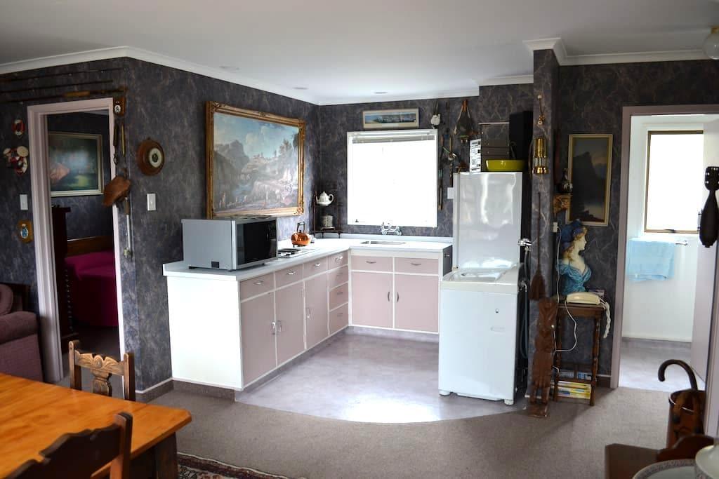 Kiwi curio accomodation . - Gisborne - Apartmen