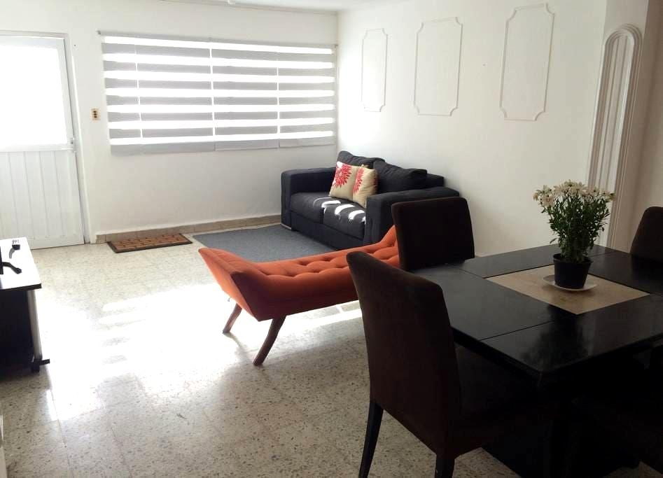 ¡Ubicadísima! Casa céntrica con estacionamiento #6 - Santiago de Querétaro - Casa