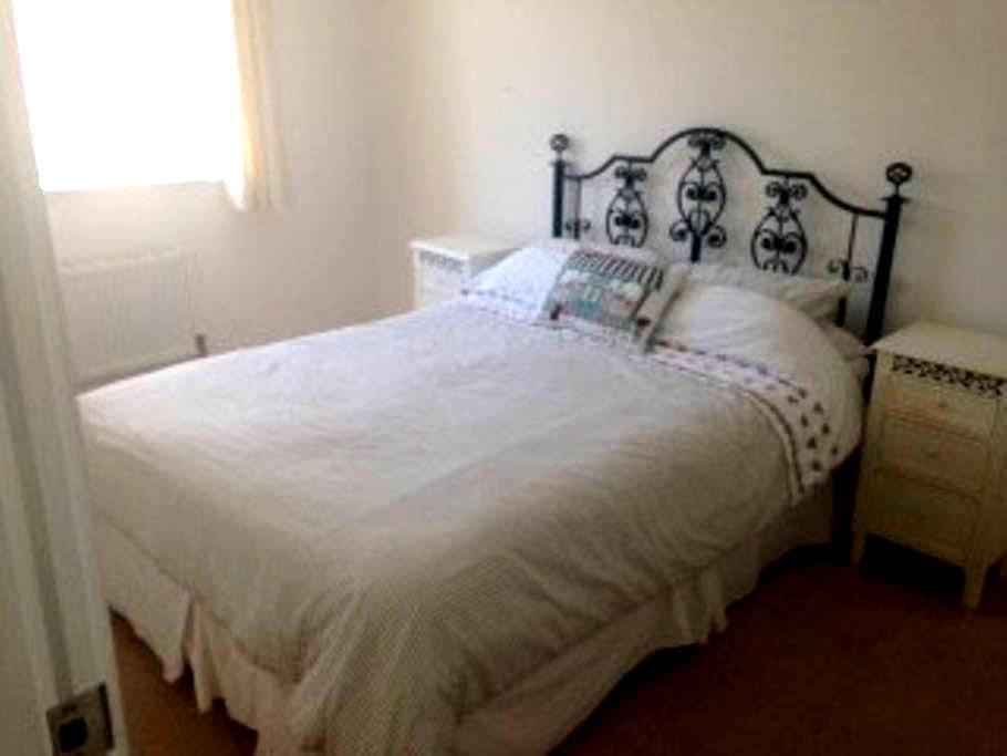 Light double bedroom in new house - Wick - Ev
