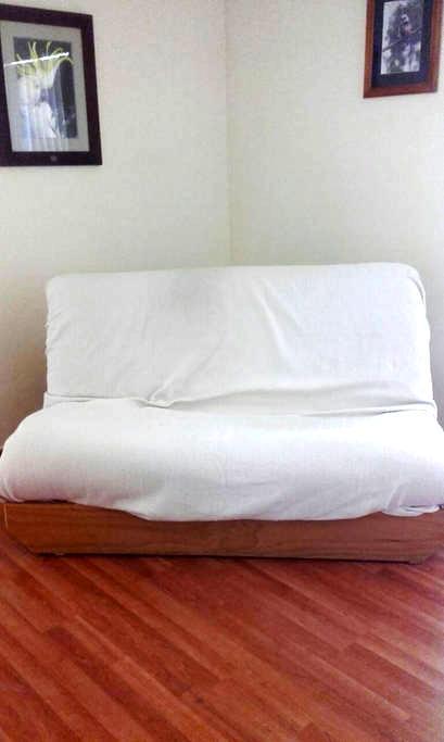 Master bedroom with queen size sofa - Gordon - Szoba reggelivel