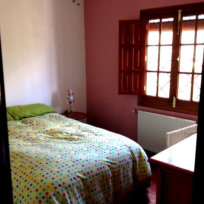 Habitación luminosa y acogedora en Fuenteheridos. - Fuenteheridos - บ้าน
