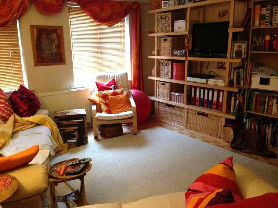 Family-friendly, homely, not far from Centre - Saint Mellons - Casa