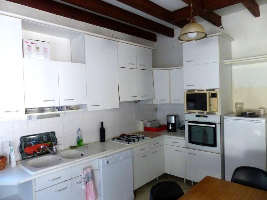 CHEZ GUY, maison atypique , calme; avec terrasse - Cambes - Hus
