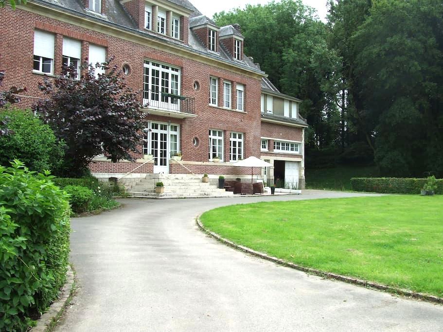 Grande chambre dans un domaine atypique - Beauquesne - Istana