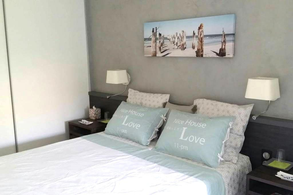 private double room and  bathroom - Jonquières-Saint-Vincent - Pousada