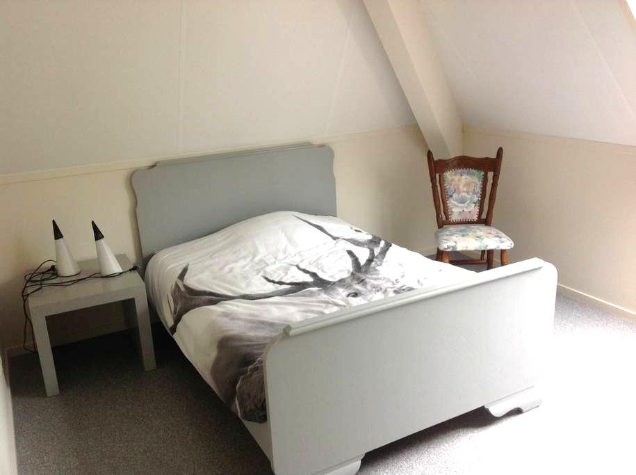 Little apartment sleeps 3 p., 2 rooms w.bathroom. - Hinnaard