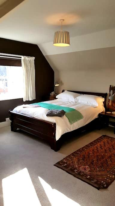 Beautiful bedroom& private bathroom central Henley - Henley-on-Thames - Dům