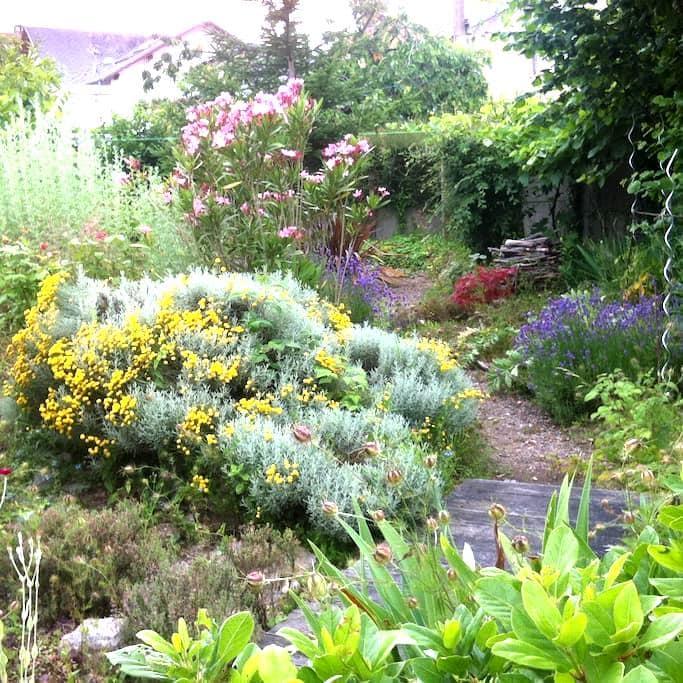 chambre chez l'habitant et son  beau jardin - La Roche-sur-Yon - Дом