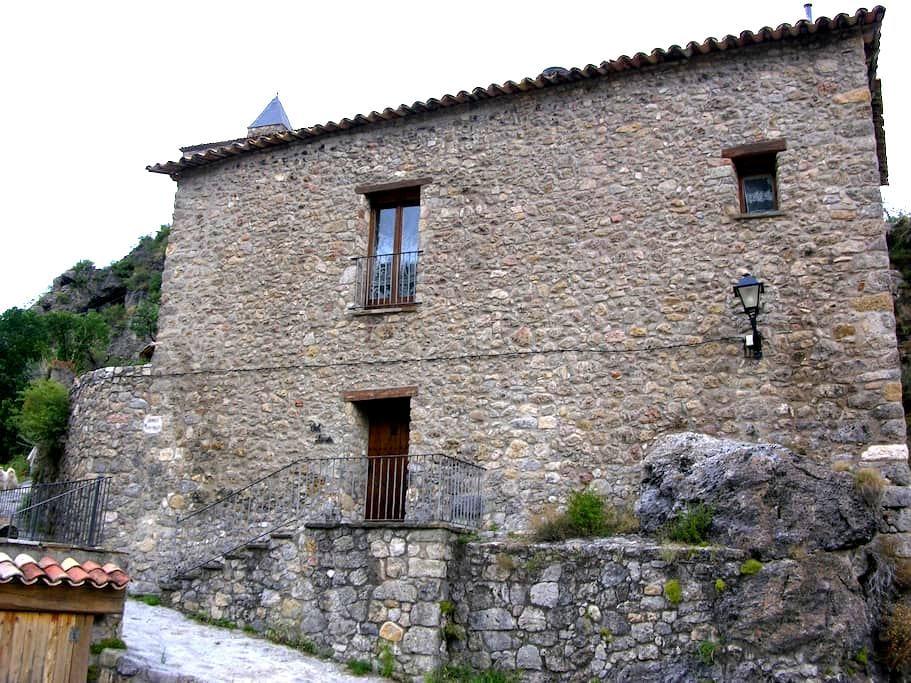 Casa de piedra en el Pre-pirineo. - Josa de Cadí