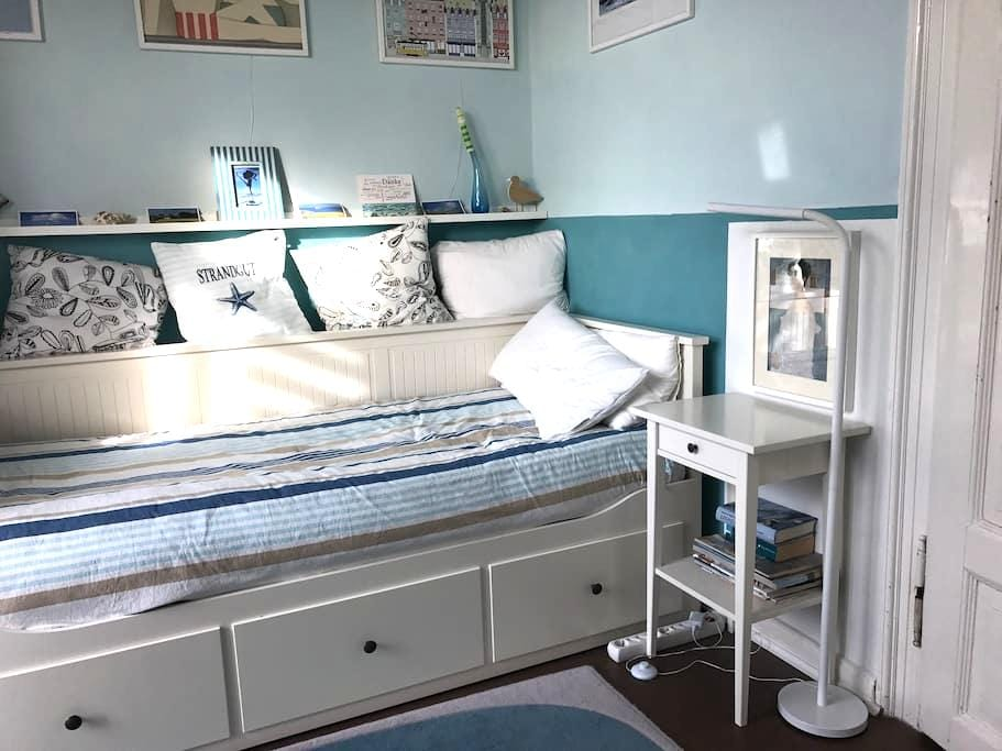 bequemes Bett in blauem Zimmer (m.Balkon) näh. Uni - Gießen - Apartment