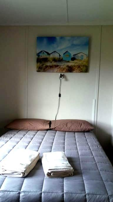 A Bed For A Head. Small, adequate, a place to rest - Pukehina - House