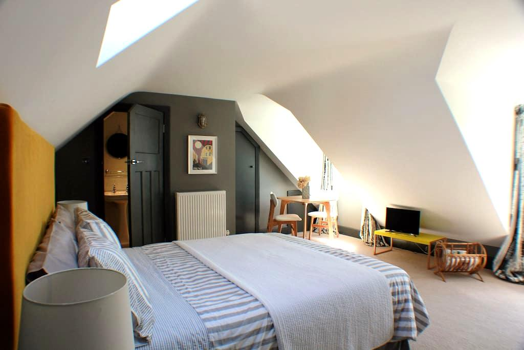 Stupendous, private, ensuite bedroom with parking - Frome, - Bed & Breakfast