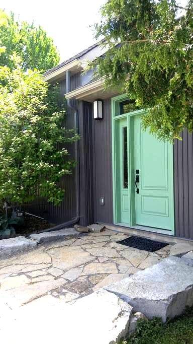 Modern Airy Downtown 2 Bedroom - Kingston - House