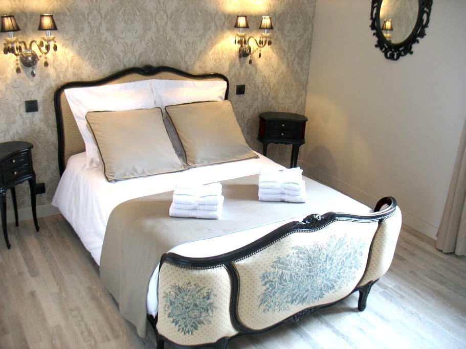 L'un et l'hôte - Chambre Baroque - Saint-Laurent-sur-Sèvre - Bed & Breakfast