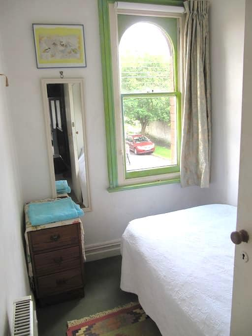 Aunty Millie'(URL HIDDEN)single room - Glastonbury - Bed & Breakfast
