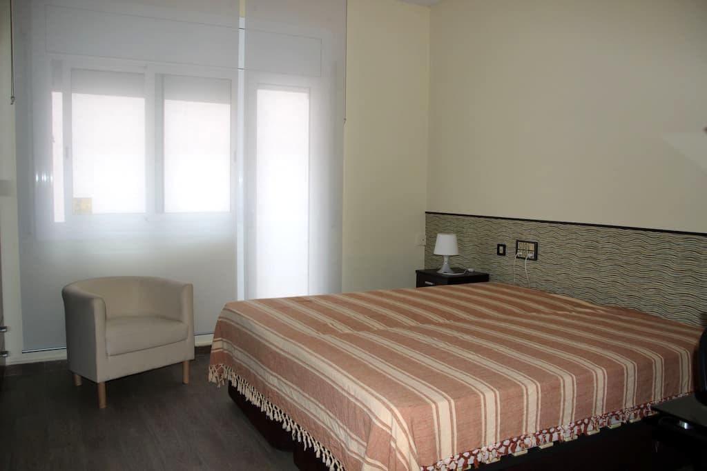 HABITACIÓN DOBLE GRANDE. SABADELL CERCA BARCELONA - Sabadell - Lägenhet