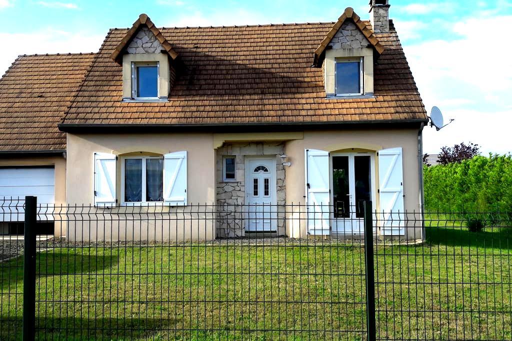 Chambre dans pavillon au calme - Yvré-le-Pôlin - House