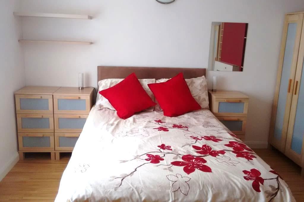 Large double bedroom in quiet house. - Stevenage - Haus