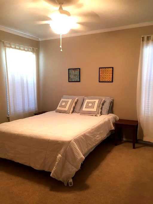 Private room within a 2 story home - San Antonio - Ház