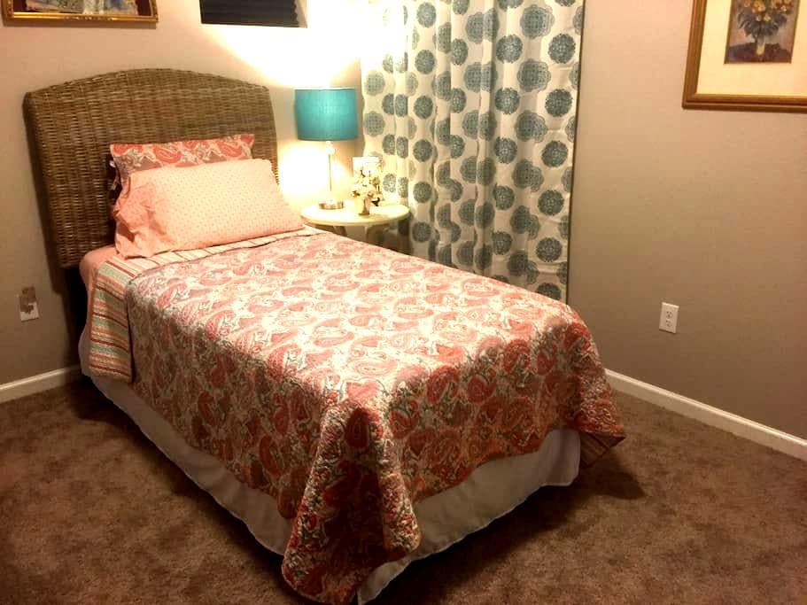 Comfy Room, New Home, Near Old Town - Fort Collins  - House