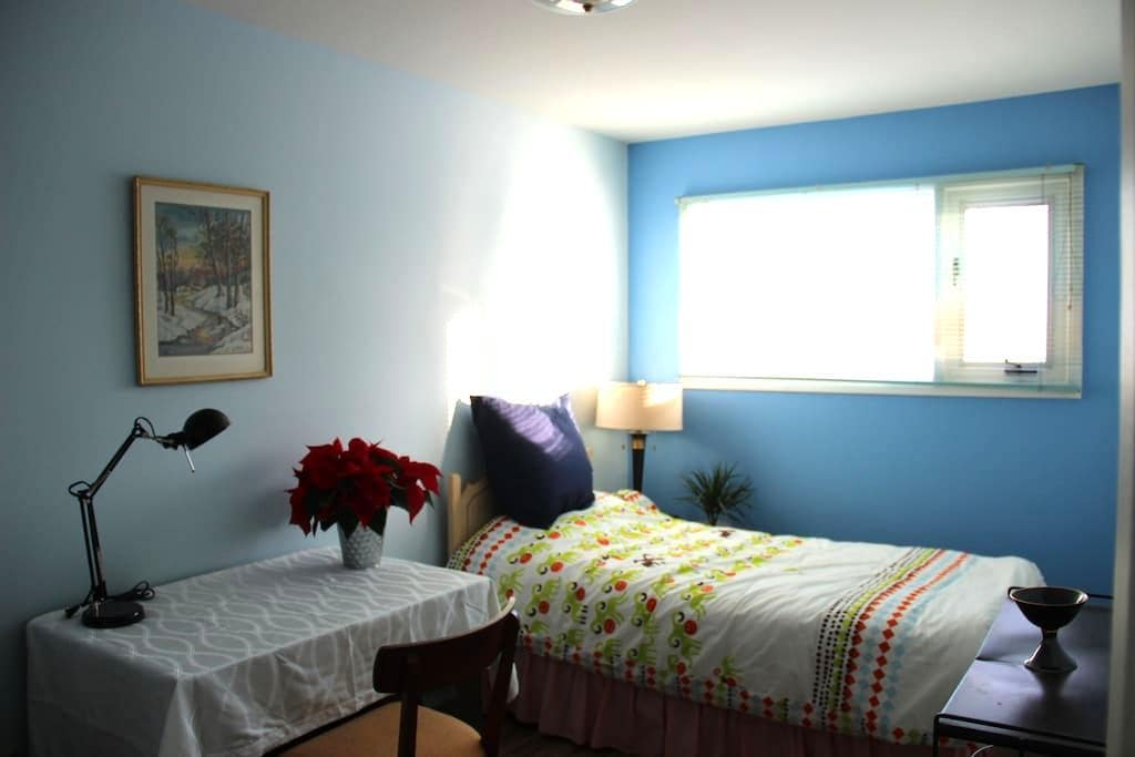 Quiet and cozy room near the park in safe area - Winnipeg - Huis