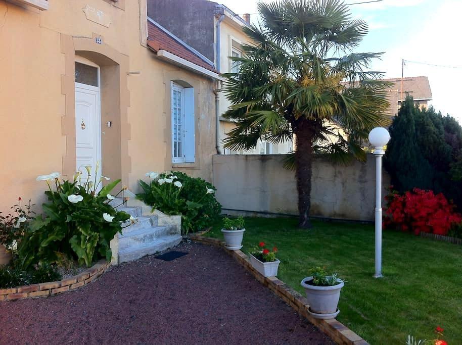 Proche du Puy du Fou. Maison de ville avec terrain - Cholet - House